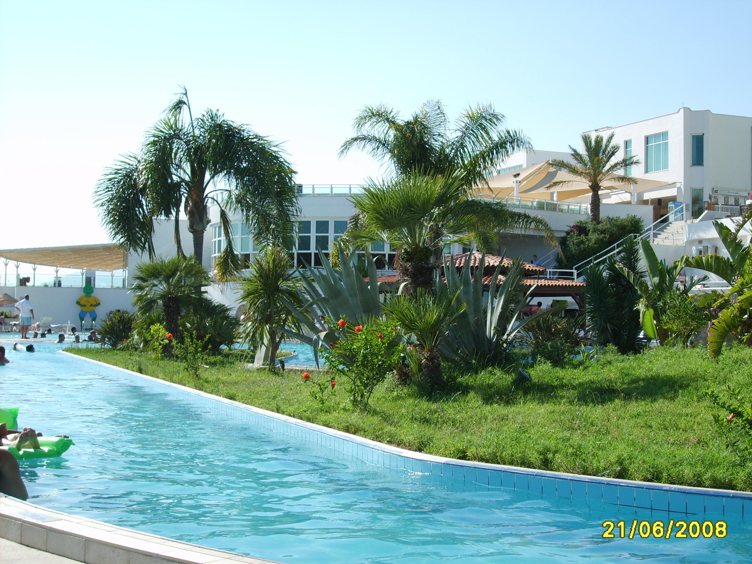 Бассейн и главный ресторан отеля Bodrum Holiday Resort & Spa 5*