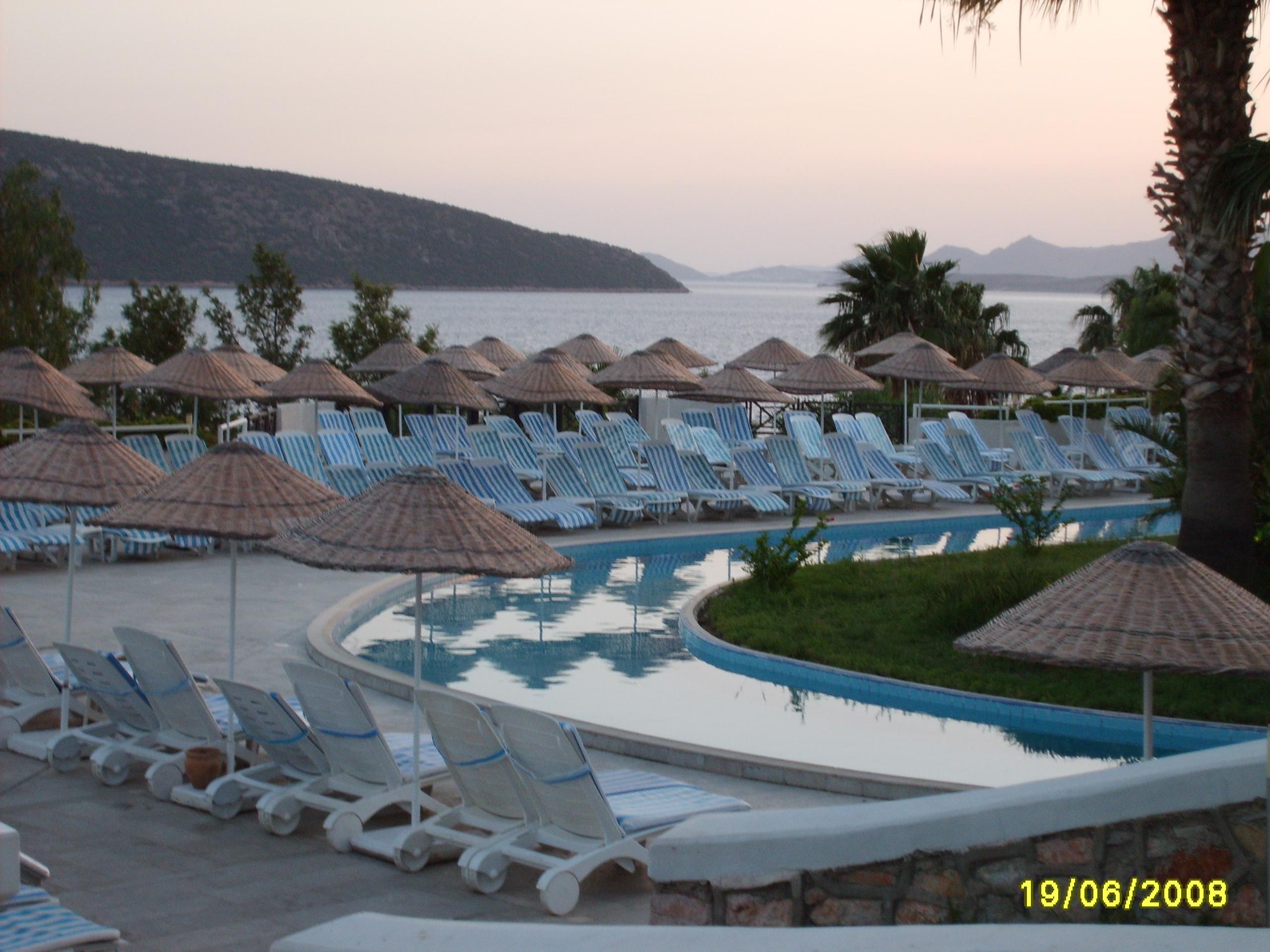 Площадка с лежаками у бассейна