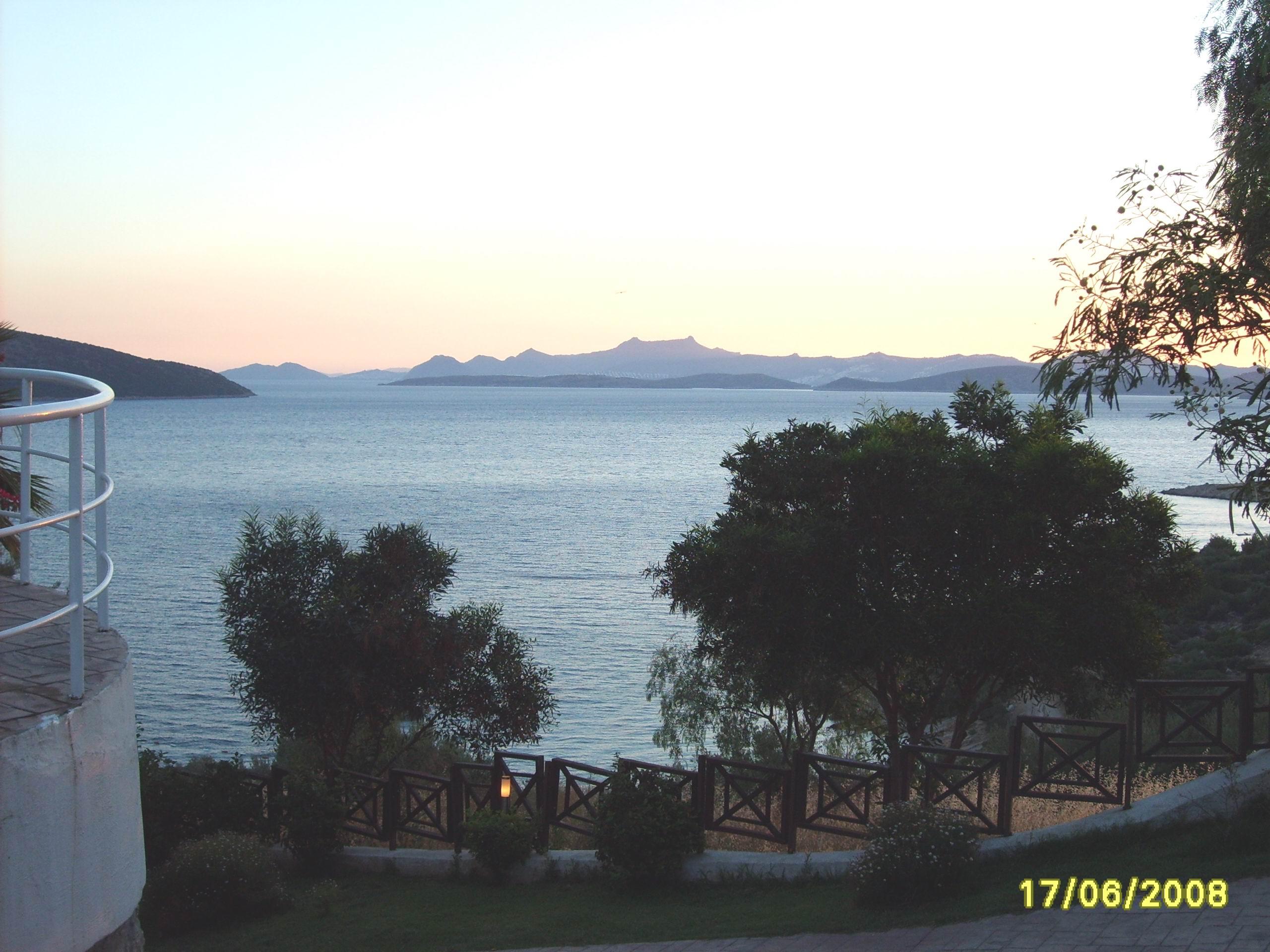 Море и горы на закате